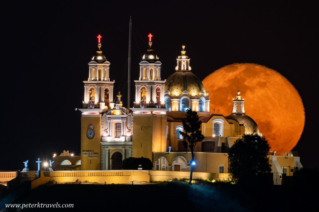 Iglesia de los Remedios and the moon